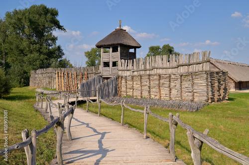 Fotografie, Obraz  Rekonstrukcja wałów obronnych i bramy do osady łużyckiej w Muzeum Archologicznym