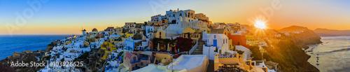 Fototapeta premium Santorini, Grecja - Oia o zachodzie słońca, panorama