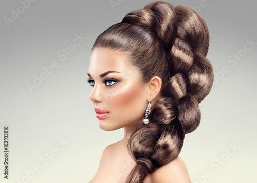 Zdjęcie XXL Warkocz włosów. Piękna kobieta z długimi włosami zdrowy