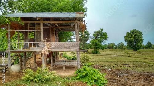 Tuinposter Weg in bos Holzhütte in Laos