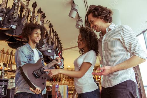 Spoed Foto op Canvas Muziekwinkel People in musical shop