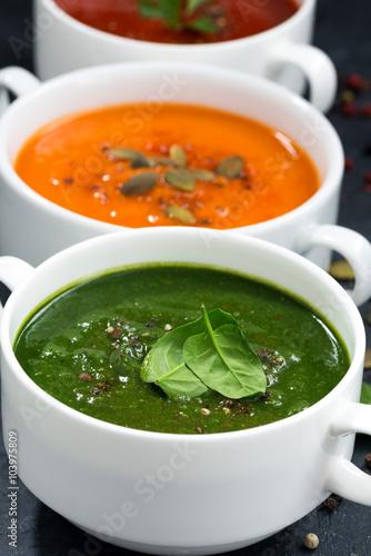asortyment-zupa-krem-ze-swiezych-warzyw-na-czarnym-tle