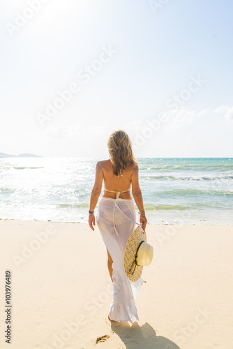 Láminas  Classy woman holding a straw hat at the beach Vacation Holiday C