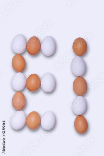 Montage in der Fensternische Huhn Met witte en bruine eieren het woord 'EI' ( = Nederlands voor egg )