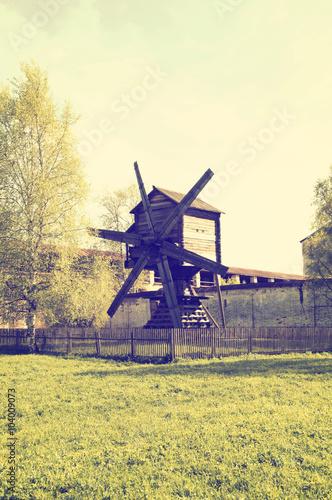 stary-drewniany-wiatrak