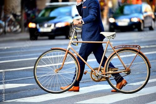 Fotografie, Obraz  Muž v dokonalém obleku a staré kolo, typický Stockholm scény