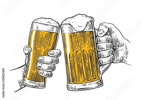 Fotografía  Dos manos que sostienen y tintineo con taza de dos vasos de cerveza