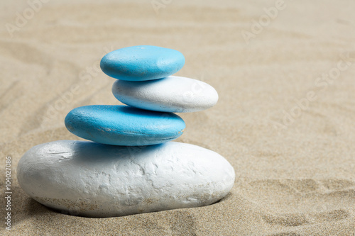 Photo sur Plexiglas Zen pierres a sable Pile de galet sur du sable aux couleurs de certains drapeaux