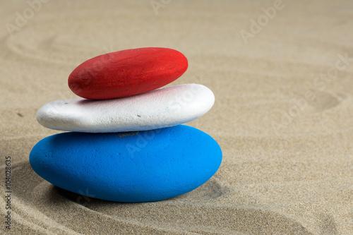 Photo sur Plexiglas Zen pierres a sable Pile de pierres colorés, bleu, blanc, rouge aux couleurs de plusieurs drapeaux
