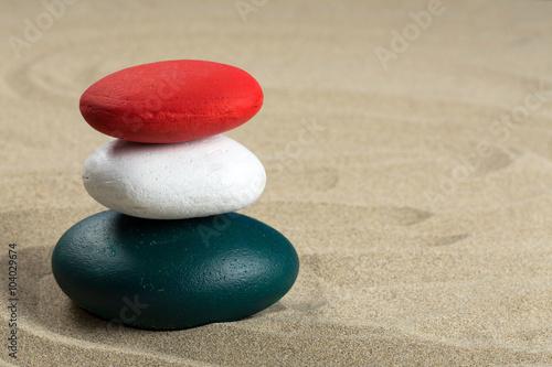 Photo sur Plexiglas Zen pierres a sable Pile de galet colorés vert, blanc, rouge comme de nombreux drapeaux