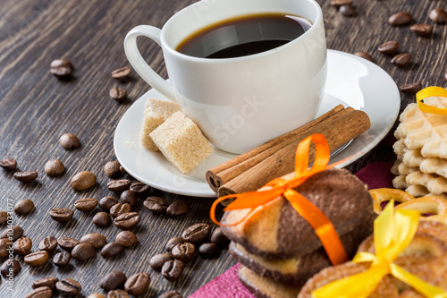 Photo  Biscuits and coffee on table