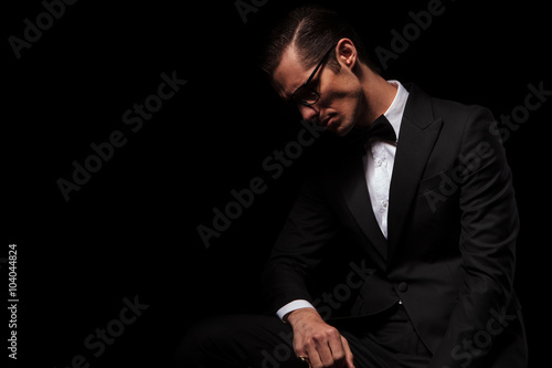 Fotografía  classy man in black wearing glasses posing in dark
