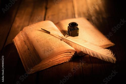 Photo libro antico con penna e calamaio