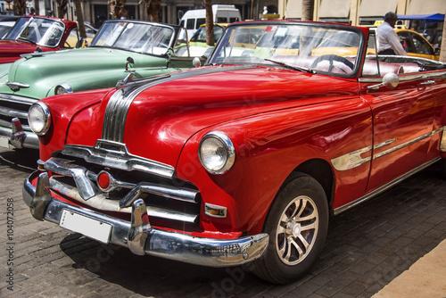 Türaufkleber Autos aus Kuba Kuba, Havanna: Schöner roter US amerikanischer Oldtimer - parkende Cabrios im Zentrum der kubanischen Hauptstadt