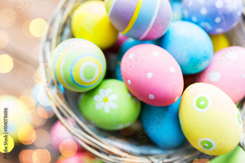 Photo  close up of colored easter eggs in basket