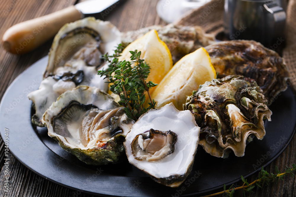 Photo  Fresh Oysters in shell with lemon