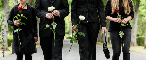 Fotografie, Obraz  Torso von Familie auf dem Friedhof in Trauer