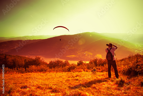Fotografie, Obraz  Padákový kluzák paragliding se svým padákem na Zar Mountain v Polsku