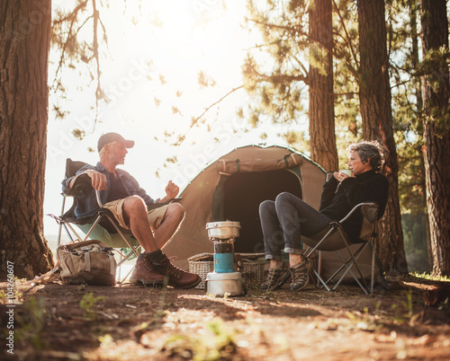 In de dag Kamperen Mature couple camping by a lake