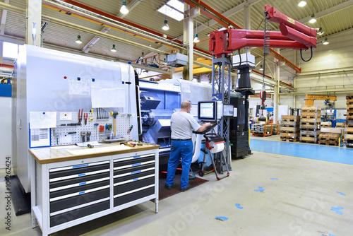 Fényképezés  Arbeiter an einer modernen CNC Drehmaschine in einer Fabrik - bearbeitet Bauteil