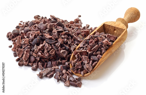 Fotografía  Heap of cacao nibs on white background