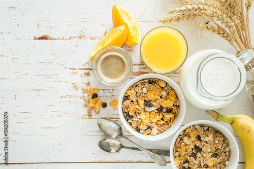 Fotografie, Obraz  Snídaně - müsli a ovoce na bílém pozadí