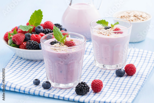 Foto op Plexiglas Milkshake healthy berry smoothies with oatmeal
