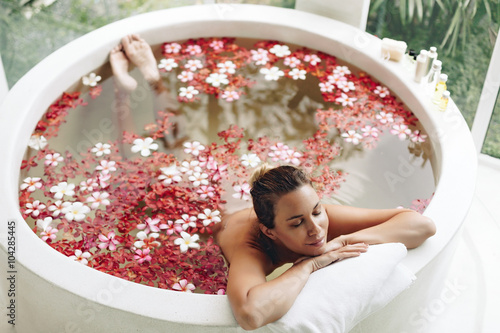 Photographie Spa bathing with flowers