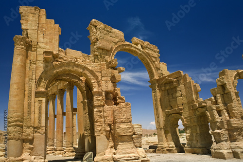 Poster Moyen-Orient Syria. Palmyra (Tadmor). The monumental arch (gateway) and colonnade. This site is on UNESCO World Heritage List
