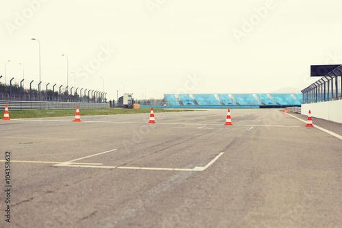 Fotografiet  empty speedway on stadium