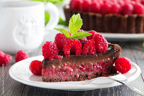 In de dag Dessert Chocolate tart with fresh raspberries.