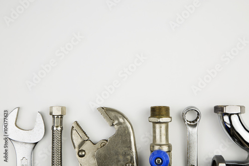 Fotografía  set of plumber tools / overhead of an essential tool kit for plumber