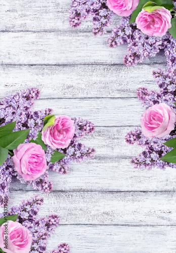 kwiaty-bzu-z-rozami-na-tle-wytartych-desek