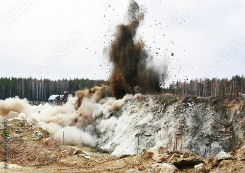 Valokuvatapetti Big quarry blasting