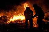 Strażacy walczący z pożarem