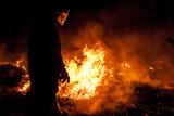 Strażak walczący z pożarem