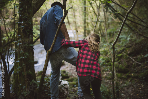 Poster Poolcirkel Father and daughter walking through the woods