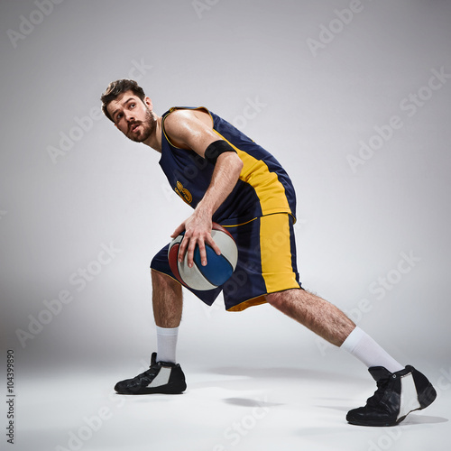Photo  Full length portrait of a basketball player with ball
