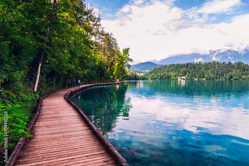 Keuken foto achterwand Bergen Wooden walkway around the lake Bled