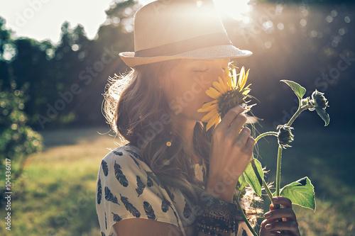 In de dag Zonnebloem Girl smells sunflower