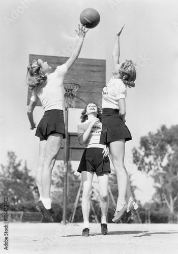 Obrazy vintage   group-of-young-woman-playing-basketball
