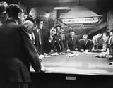 Mobsters spotykający się przy stole bilardowym - 104438012