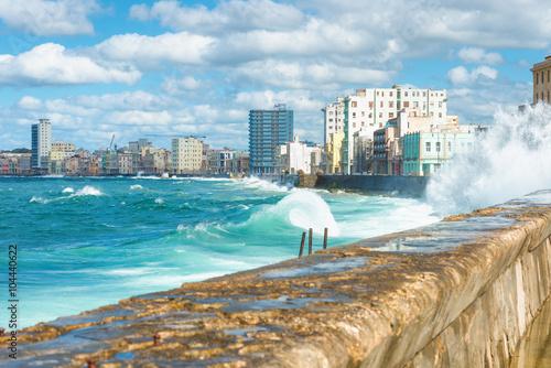 Poster de jardin Havana The Havana skyline with big waves on the sea