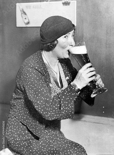 Poster Retro Woman drinking out of a big beer glass