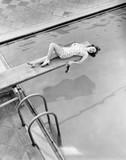 Wszystko jest powyżej planszy dla młodej kobiety przy basenie - 104444686