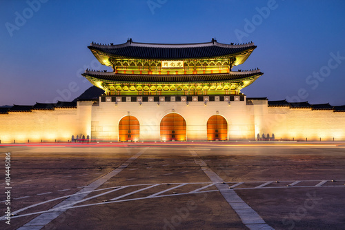 Fototapeta premium Pałac Gyeongbokgung w Seulu w Korei jako panorama nocą