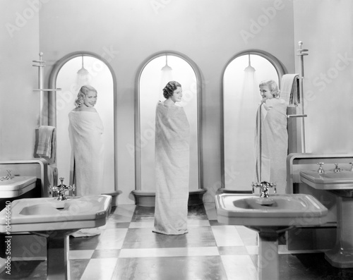Valokuva  Three women in a bathroom together