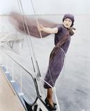 Kobieta pochylony z łodzi na wiatr - 104447468