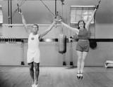 Sportowcy na pierścieniach w siłowni - 104447657