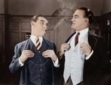 Dwóch mężczyzn palących cygara - 104447889